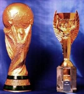 A la izquierda, la Copa Mundial de la FIFA (1974-Actualidad); a la derecha, la Copa Jules Rimet (1930-1970)