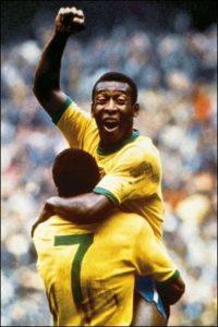 Pelé celebra con Jairzinho (dorsal 7) su primer gol en México 70