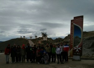 Grupo de excursionistas en los molinos de Consuegra
